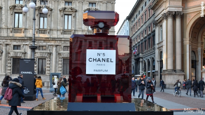 CHANEL N.5 lights up in red Milano's Piazza della Scala - Gabriella Ruggieri & partners
